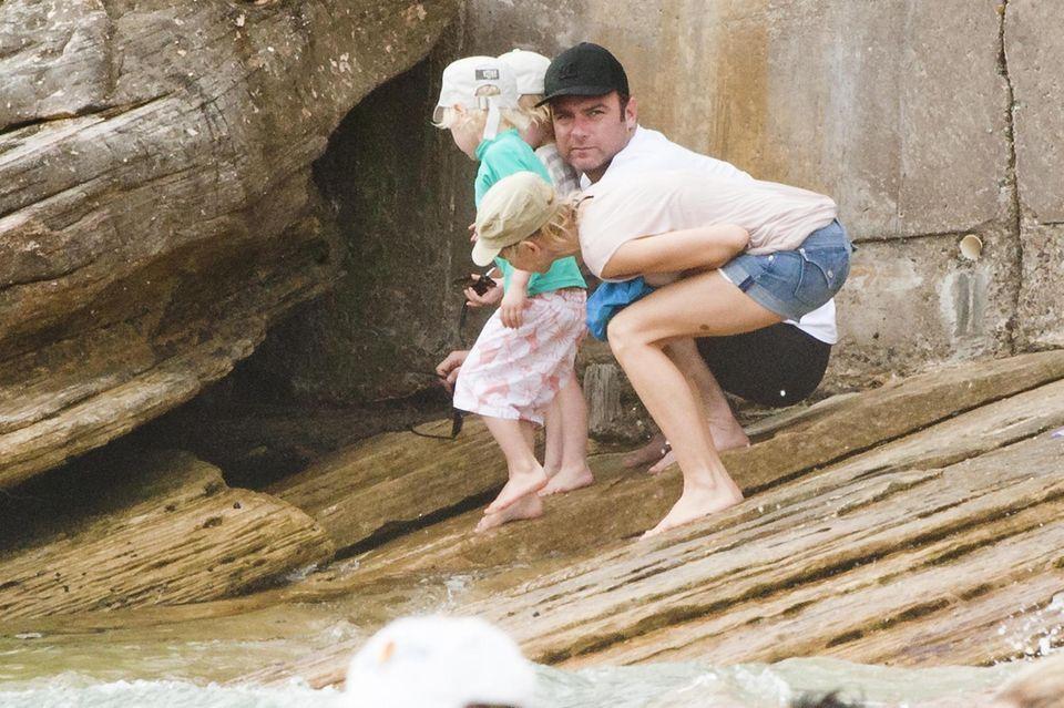 Alles eine Sache der Perspektive: Am Bronte Beach in Australien entsteht dieses lustige Foto vonLiev Schreiber und Naomi Watts mit ihren Söhnen Alexander und Samuel.