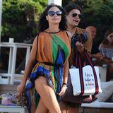In einem farbenfrohen Netzkleid verlässt Lilly Becker einen Beachclub auf Ibiza. Jedoch nicht allein! Ein junger Mann begleitet das stylische Model und trägt ganz Gentlemen-like ihre Handtasche.
