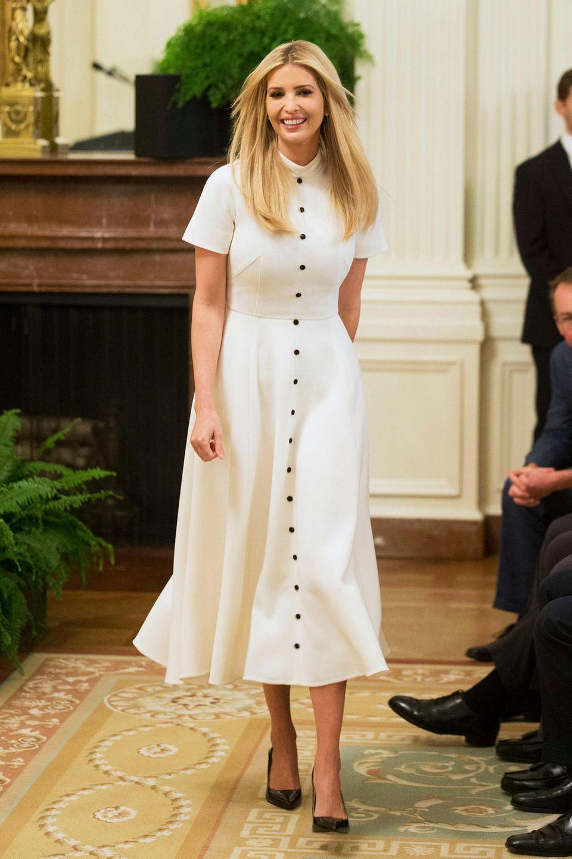 Bei einer Feier im Weißen Haus zeigt sich Ivanka Trump in diesem weißen Knopf-Dress von Emilia Wickstead, die auch eine der Lieblingsdesignerinnen von Herzogin Catherine und Co. ist. Diesen Luxus-Look präsentiertdie First Daughter aber nicht als Erste.