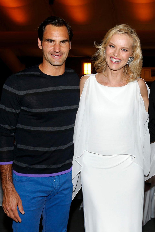 Am Samstagabend der Gerry Weber Open fand die Gerry Weber Open Fashion Night statt. Supermodel Eva Herzigova genoss den Abend in vollen Zügen und war häufig auf der Tanzfläche zu sehen. Hier posiert sie mit den Finalisten des Turniers: Roger Federer und Borna Coric.