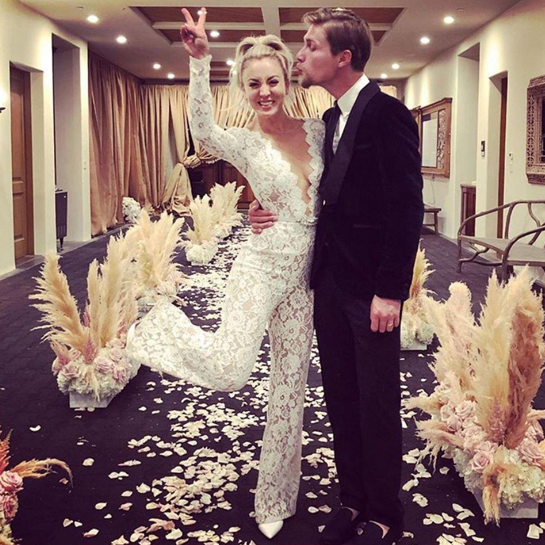 Kaley Cuocos Party-Look nach der Hochzeit ist aber noch ungewöhnlicher. Im sexy Spitzen-Jumpsuit will ihr frisch angetrauter Ehemann Karl Cook sie bestimmt gar nicht mehr loslassen.