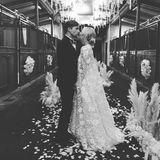 """Herzlichen Glückwunsch, Kaley! Der """"The Big Bang Theory""""-Star hat zum zweiten Mal geheiratet und zeigt ihren Instagram-Fans dieses Hochzeitsfoto in Schwarz-Weiß, das zwar nicht ihr ganzes Brautkleid zeigt, wohl aber dass sie mit langem Spitzencape ganz bezaubernd aussieht."""