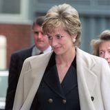Lady Diana trug während einer Reise nach Japan mit grauem, zweireihigem Mantel und darunterschwarzem Outfit einen ganz ähnlichen Look.