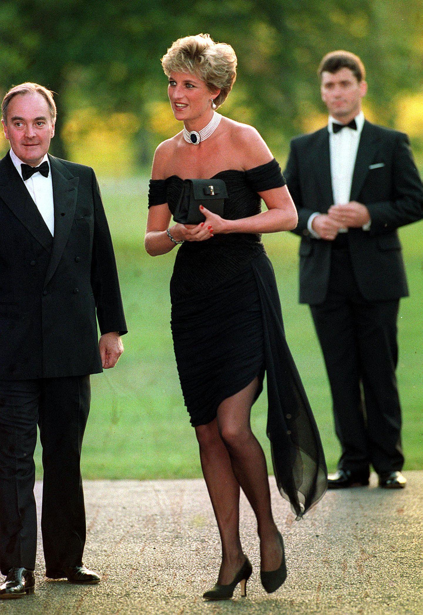 """20. November 1994  Wow! Lady Diana trug ihr legendäres sexy """"Revenge Dress"""" der Designerin Christina Stambolian an dem Abend, als Prinz Charles im Fernsehen zugab, dass er sie betrogen hatte. Eine bessere Genugtuung kann es wohl kaum geben."""