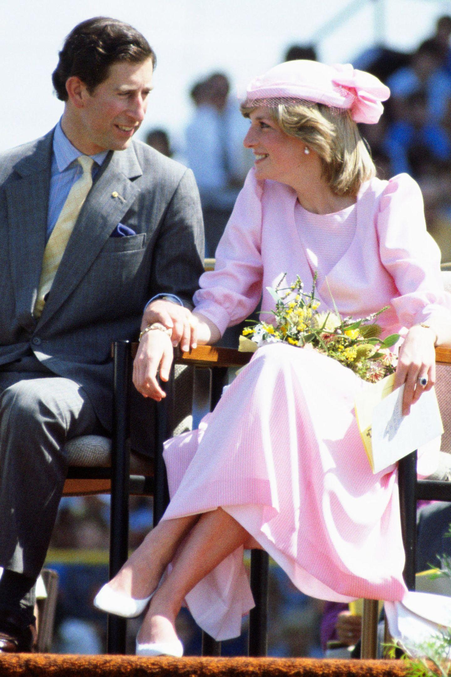 Ein wenig traurig, aber im roséfarbenen Ensemble ganz bezaubernd, war Diana 1983 auf Staatsbesuch in Australien zu bewundern.