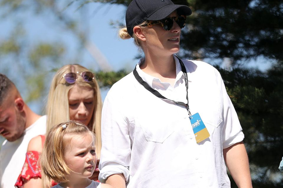 Zara Tindall und Töchterchen Mia Grace Tindall feuern Mike Tindall an.