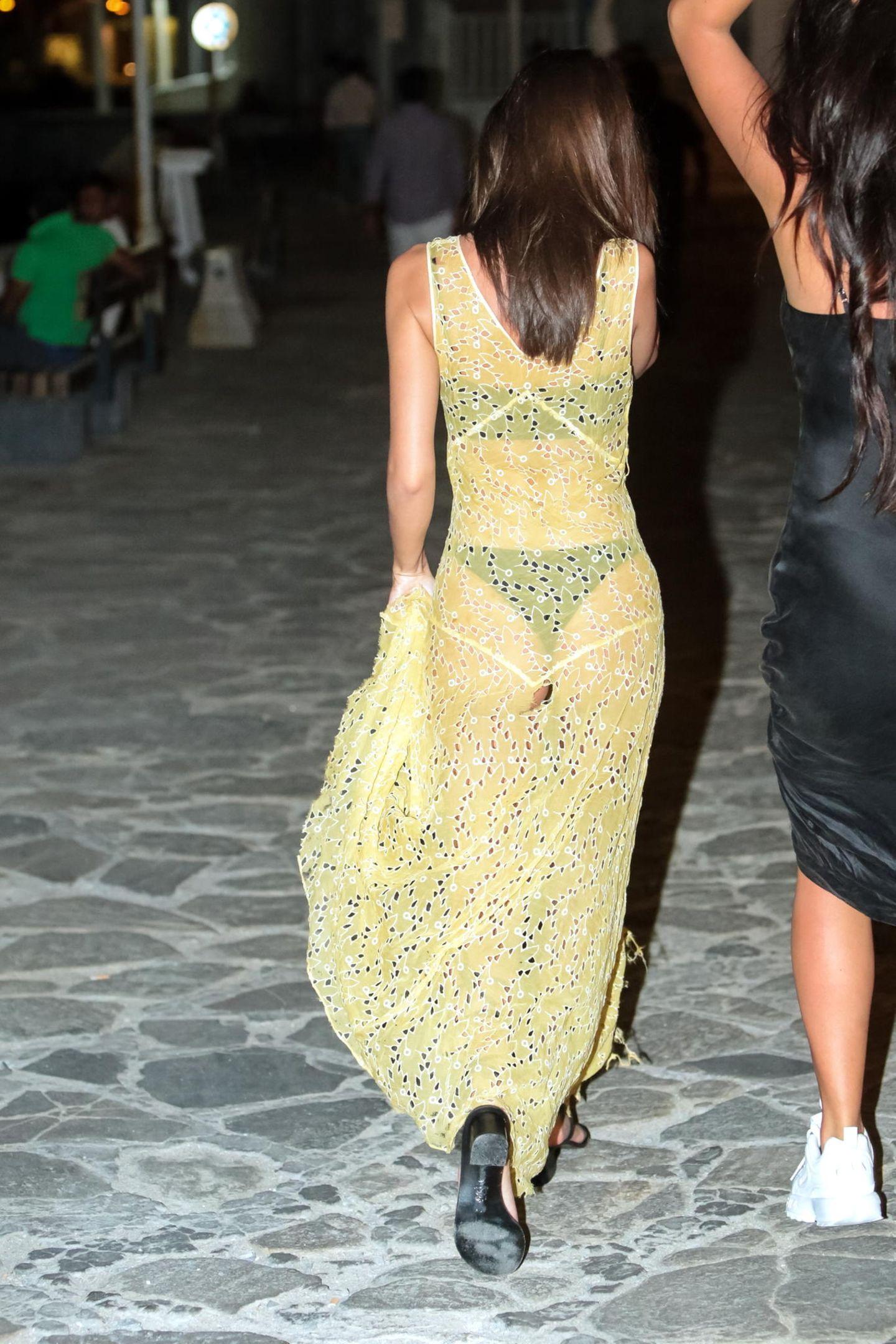 Dass Emily gerne ihre tollen Kurven präsentiert ist nichts Neues - in diesem Kleid könnte jedoch selbst für ihren Geschmack etwas zu viel zu sehen sein...