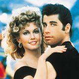 """Als """"Danny Zuko"""" wird John Travolta 1978 in """"Grease"""" zum weltberühmten Hollywoodstar. Er gilt jahrelang als absoluter Frauenschwarm und begeistert sie weltweit mit seinen coolen Moves, seiner kecken Art und den verträumten, blauen Augen."""