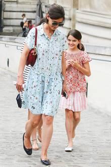 Im Partnerlook durch Paris: Katie Holmes und Suri Cruise stimmen ihre Outfits gerne mal aufeinander ab, so wie hier beim Besuch des Louvre. Die blumigen Sommeroutfits sind genau das Richtige für einen warmen Nachmittag in der Modemetropole an der Seine.
