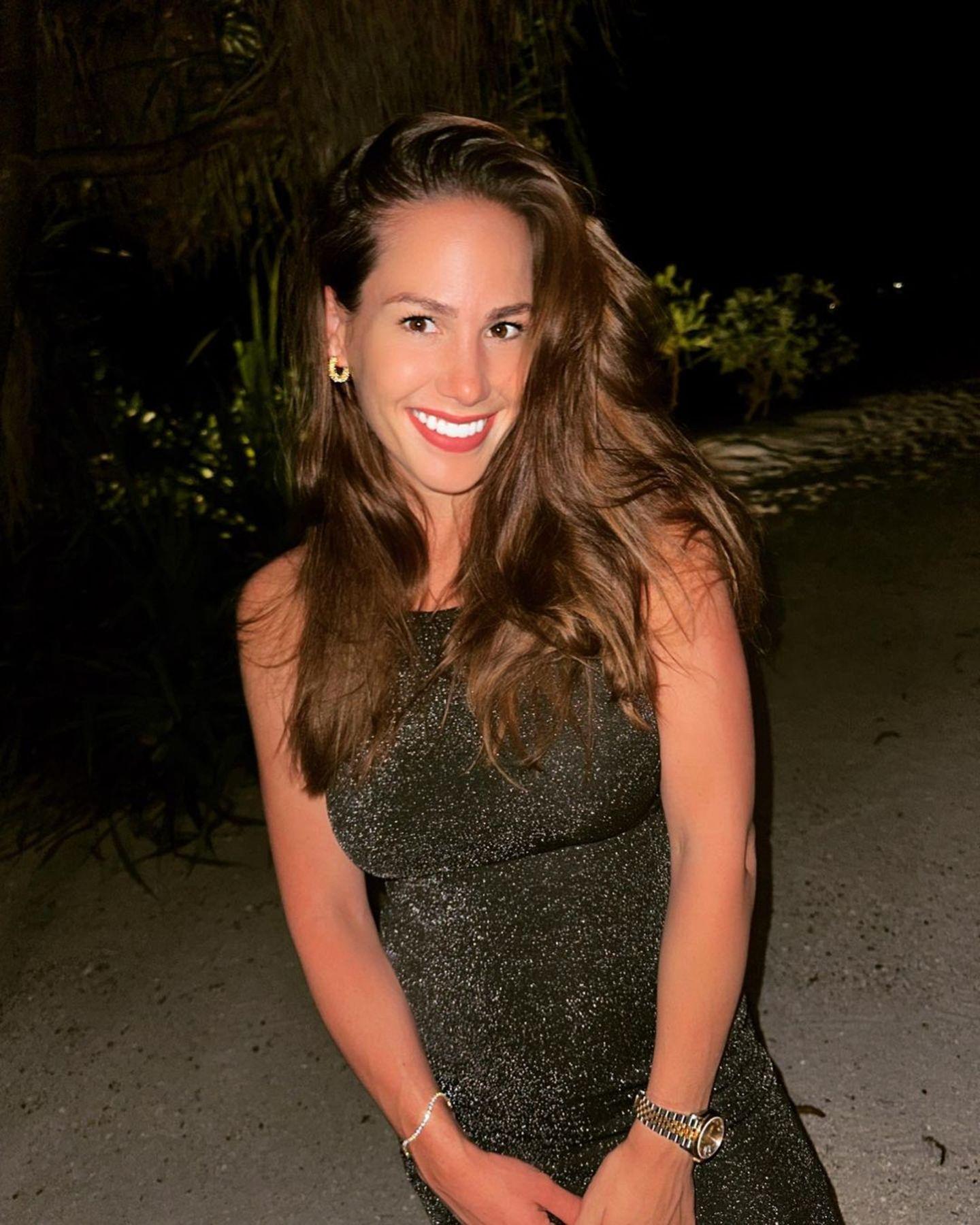 Mittlerweile ist sie erfolgreiche Influencerin und begeistert ihre über 400 Tausend Abonnenten immer wieder mit heißen Schnappschüssen. Nach einer Brust-OP ist sie happy mit ihrem Äußeren. Ihr Make-up-Look ist heute viel natürlicher und ihre lange Mähne hat einen natürlichen Blondton.