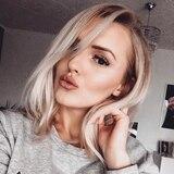 Erika trägt ihre Haare heute deutlich kürzer und in einem kühleren Blondton. Ihre Lippen schminkt sie oft ineinem dunklen Rosé-Ton. Mit Wimpern-Extensions sorgt sie für den atemberaubenden Augenaufschlag.