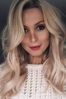 Heute ist sie mit dem 24-jährigen Marcel Sabitzer zusammen, und auch ihr Äußeres hat sich verändert: Ihr Haar trägt sie jetzt in einem natürlichen Blondton in Brustlänge und auch ihr Beauty-Look ist elegant und erwachsen geworden. Von Botox und Beauty-Operationen lässt sie die Finger - bis jetzt!