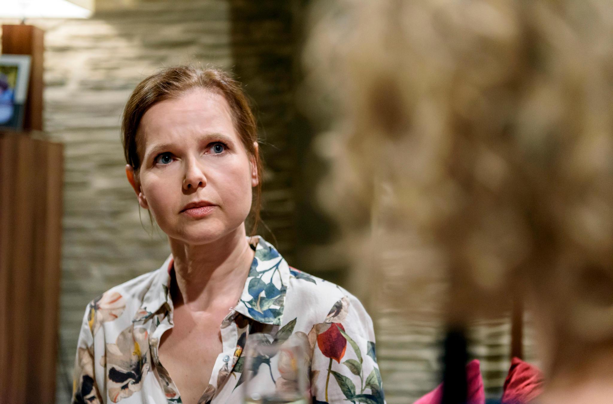 Melli Konopka, dargestellt von Schauspielerin Bojana Golenac, verabschiedet sich vom Fürstenhof