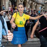 Adriana Lima lässt nach der Schiaparelli-Showkeinen Zweifel daran, welchem Team sie bei der Fußball-WM die Daumen drückt.
