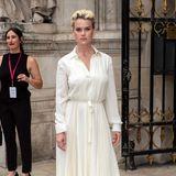 Die englische Schauspielerin Alice Eve zeigt sich elegant und sommerlich im cremefarbenen Kleid.