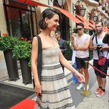 Beste Paris-Laune bei Katie Holmes! Schließlich ist sie gerade auf ihrem Weg zur Haute-Couture-Show von Christian Dior.