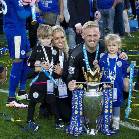 Da freut sich die ganze Familie: Kasper Schmeichel mit Frau Stine und den Kindern Max (l.) und Isabella (r.) nachdem er am 7. Mai 2016 das Premier League Finale in Leicester gewonnen hat