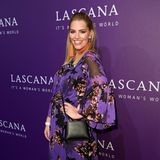 Model Angelina Kirsch macht nicht nur in sexy Dessous eine gute Figur, sondern auch in diesem luftigen Sommerkleid bei der Show von Lascana. Ob sie ihr Outfit bewusst auf den violetten Teppich abgestimmt hat?