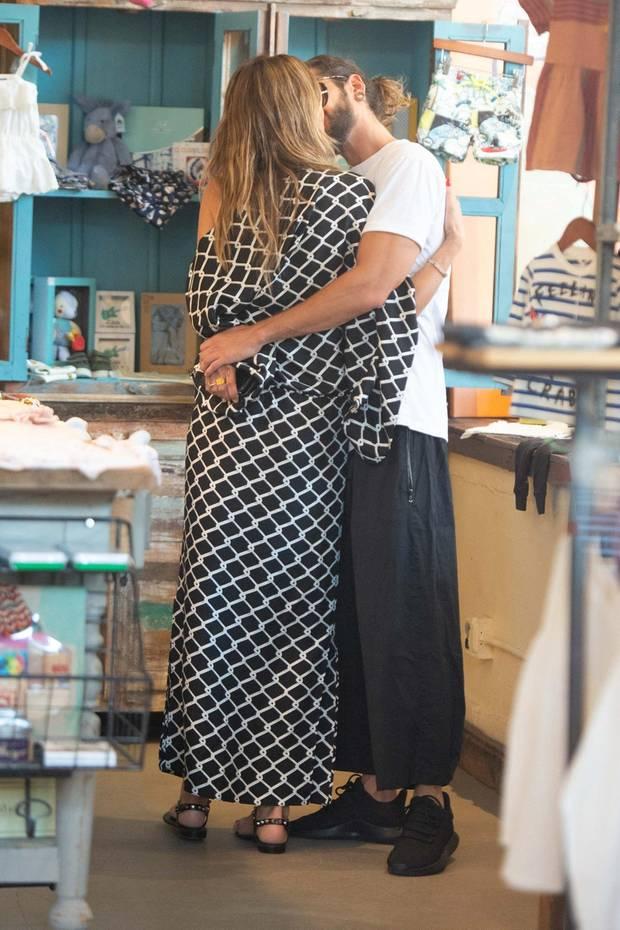 Heidi Klum und Tom Kaulitz knutschen verliebt in einem Laden für Kindersachen.
