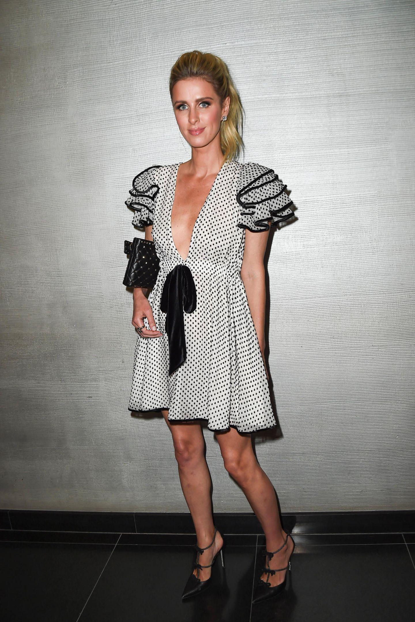 Neue Show, neuer Look: Für die Schau von Ralph&Russo wechselt Nicky Hilton in ein anderes Kleid. Mit schwarzer Schleife und auffälligen Ärmeln wird es zum absoluten Hingucker.