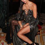 Liliana Nova posiert in einem rockigen Glitzerlook bei der Show von Redemption.