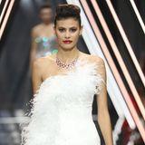 """Alisar Ailabouni ist nicht zum ersten Mal auf der Pariser Fashion Week unterwegs: Die Gewinnerin der fünften Staffel von """"Germany's next Topmodel"""" läuft für Ralph&Russo vor internationalen Stargästen."""