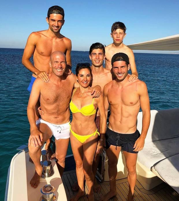 Der ehemalige Fußballer und TrainerZinédine Zidane macht Urlaub mit seiner EhefrauVéronique und den vier SöhnenEnzo, Theo,Elyaz und Luca (v.l) auf Ibiza. Neben den sportlichen Körpern derZidane-Männer, fällt auf diesem Bild vor allem der durchtrainierte Bikini-Body von MamaVéronique ins Auge.