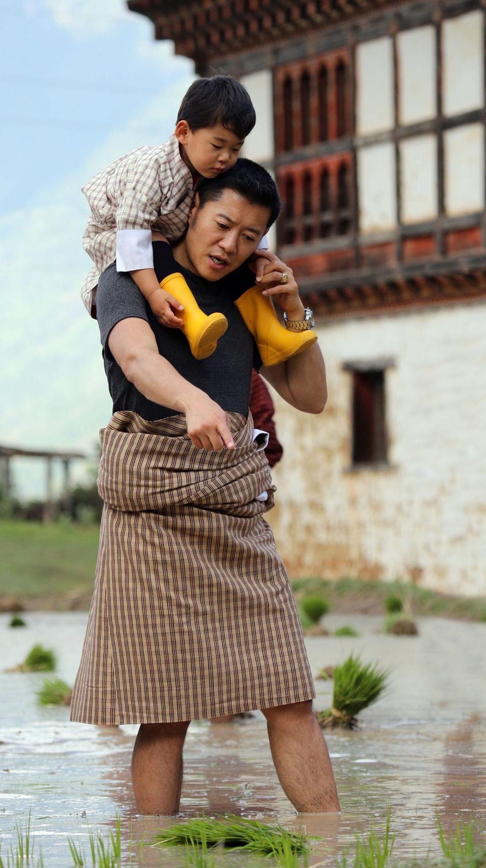 1. Juli 2018  Eine tolle Momentaufnahme zwischen einem Vater und seinem Sohn: KönigJigme Khesar Namgyel Wangchuck trägt seinen neugierigen SohnJigme Namgyel Wangchuck auf den Schultern und scheint zu erklären,wie die Reisernte funktioniert.