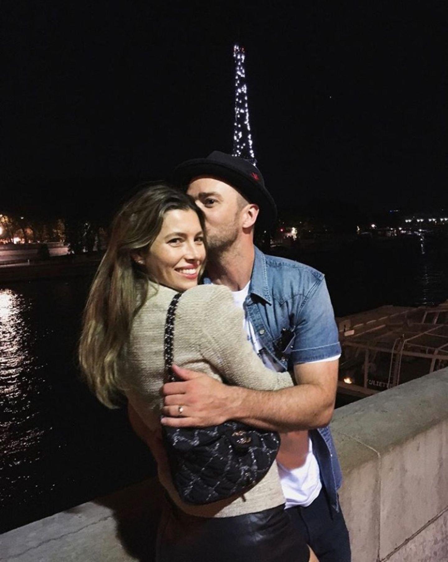 """3. Juli 2018  """"Mitternacht"""", postet Justin Timberlake. Mit seiner schönen Ehefrau Jessica Bielgenießt der Popstar eine romantische Nacht in Paris."""