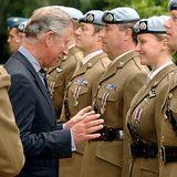 Als Prinz Charles britischeSoldaten mit Auszeichnungen ehrt und dabei vor der jungen Dame mit viel Gestik zu den Verdiensten gratuliert, erwischt der Fotograf eine prekäre Momentaufnahme, die der Prinz so ganz sicher nicht im Sinn gehabt hat.