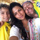 """""""Los, Brasilien"""", postet das brasilianische Model Camila Alves. Sohn Levi und Ehemann Matthew McConaughey unterstützen sie tatkräftig."""