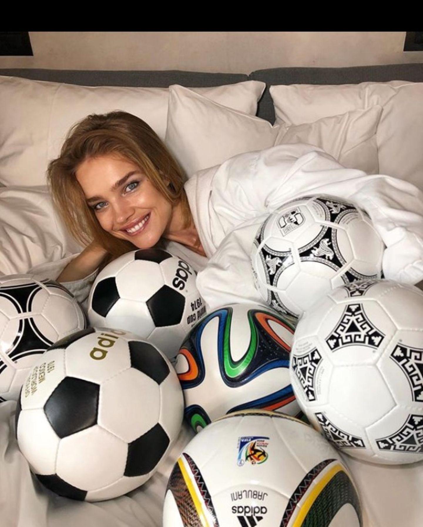 Das russische Model Natalia Vodianova ist im totalen Fußballfieber.