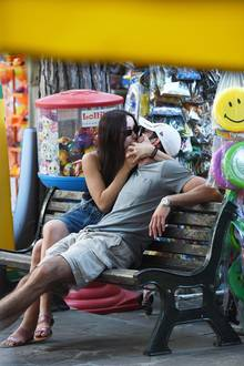 Aurora Ramazzotti, die älteste Tochter von Michelle Hunziker, ist schwer verliebt. Mit ihrem FreundGoffredo verbringt der TV-Star auf einer Parkbank in Mailand einige innige Momente. Hier werden nicht nur verliebte Küsse ausgetauscht ...