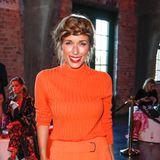 Bei der Show von Marc Cain im Rahmen der Berlin Fashion Week setzt Annemarie Carpendale nicht nur auf die heißeste Trendfarbe des Sommers, sondern liefert zudem noch Frisuren-Inspirationen für das Oktoberfest.