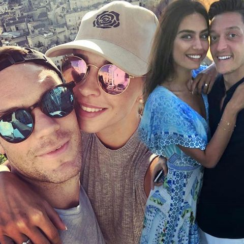 Manuel und Nina Neuer urlauben gerade, ebenso Amine Gülse und Mesut Özil
