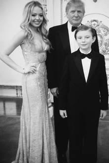 """14. Juni 2018  """"Happy Birthday, Papa! Ich liebe dich so sehr!"""" Mit dieser Liebeserklärung und einem Familienfoto in Schwarz-Weiß gratuliert Tiffany Trump ihrem Vater Donald zu dessen 72. Geburtstag. Das Besondere: Auch das jüngste Kind des Präsidenten, Barron Trump, ist zu sehen. In der Regel wird der 12-Jährige aus der Öffentlichkeit herausgehalten."""