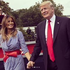 """4. Juli 2018  """"The Look of Love"""" (zu Deutsch: Der Blick der Liebe) könnte der Titel dieses Bildes von Melania und Donald Trump sein - und das ist etwas Besondere: Zeigt sich Melania sonst eher unterkühlt und kontrolliert an der Seite ihres Mannes, scheint dieses glückliche und ungezwungeneLächeln von Herzen zu kommen. Zusammen feiert das Paar mit Gästen im Weißen Haus den Unabhängigkeitstag der USA, den wichtigsten Feiertag des Landes."""