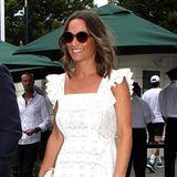 In einem weißen Spitzendress mit Rüschenärmeln besucht Pippa Middleton mit ihrem Bruder James die Wimbledon Championships. Hellblaue Wedges, ein Strohhut und die runde Sonnenbrille machen den sommerlichen Look perfekt. Das wachsende Babybäuchlein ist unter dem Kleid gut versteckt, oder doch nicht?