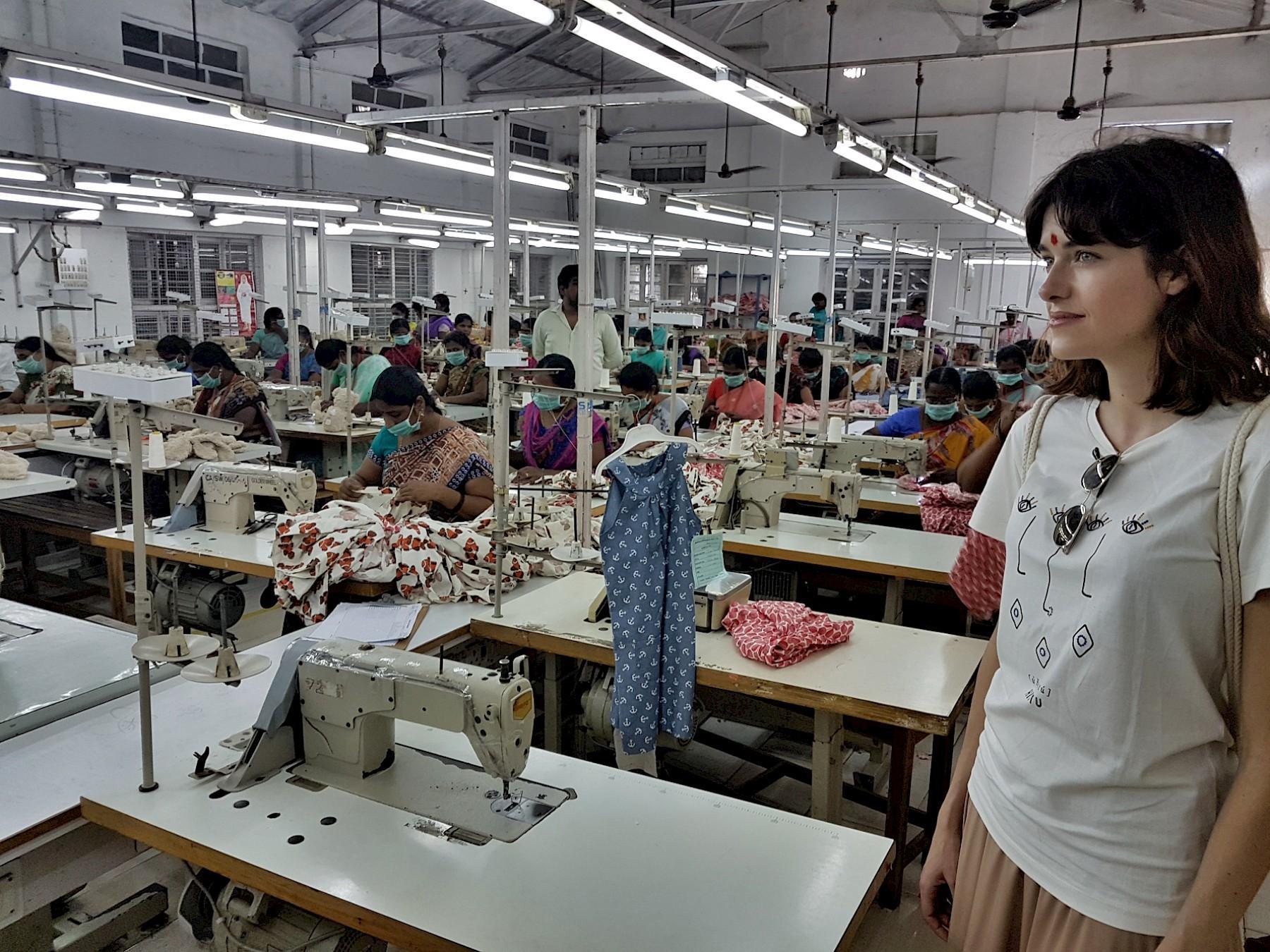Marie Nasemann beim Besuch einesProduktionsstandorts in Indien.