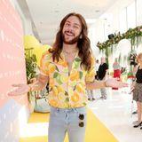 Model und Blogger Riccardo Simonetti bringt noch mehrSommerstimmung zum Fashion Hub.