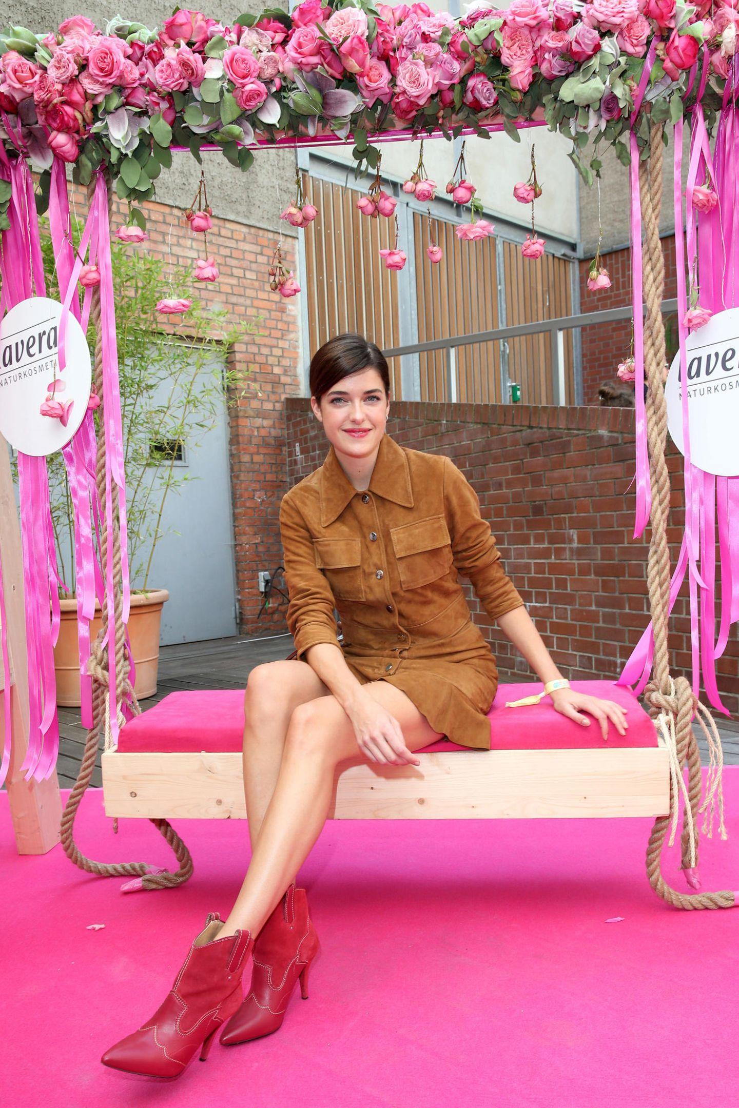 Topmodel Marie Nasemann kann sich auf der liebevoll dekorierten Lavera-Schaukel ein wenig vom Trubel der Fashion Week erholen.