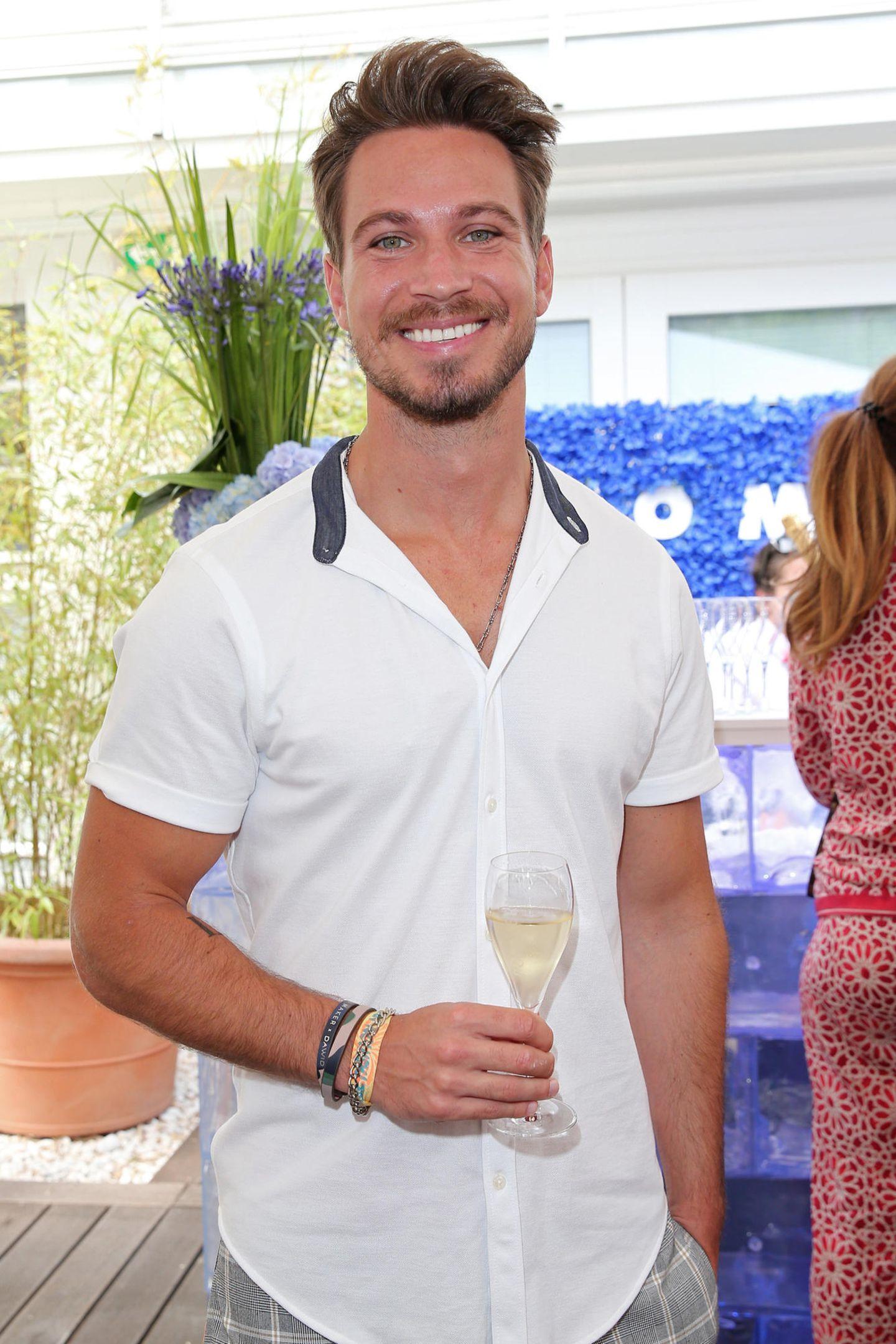 Neu-Single Sebastian Pannek kommt mit einem Gläschen Champagner von Pommery vielleicht wieder in Flirtlaune?