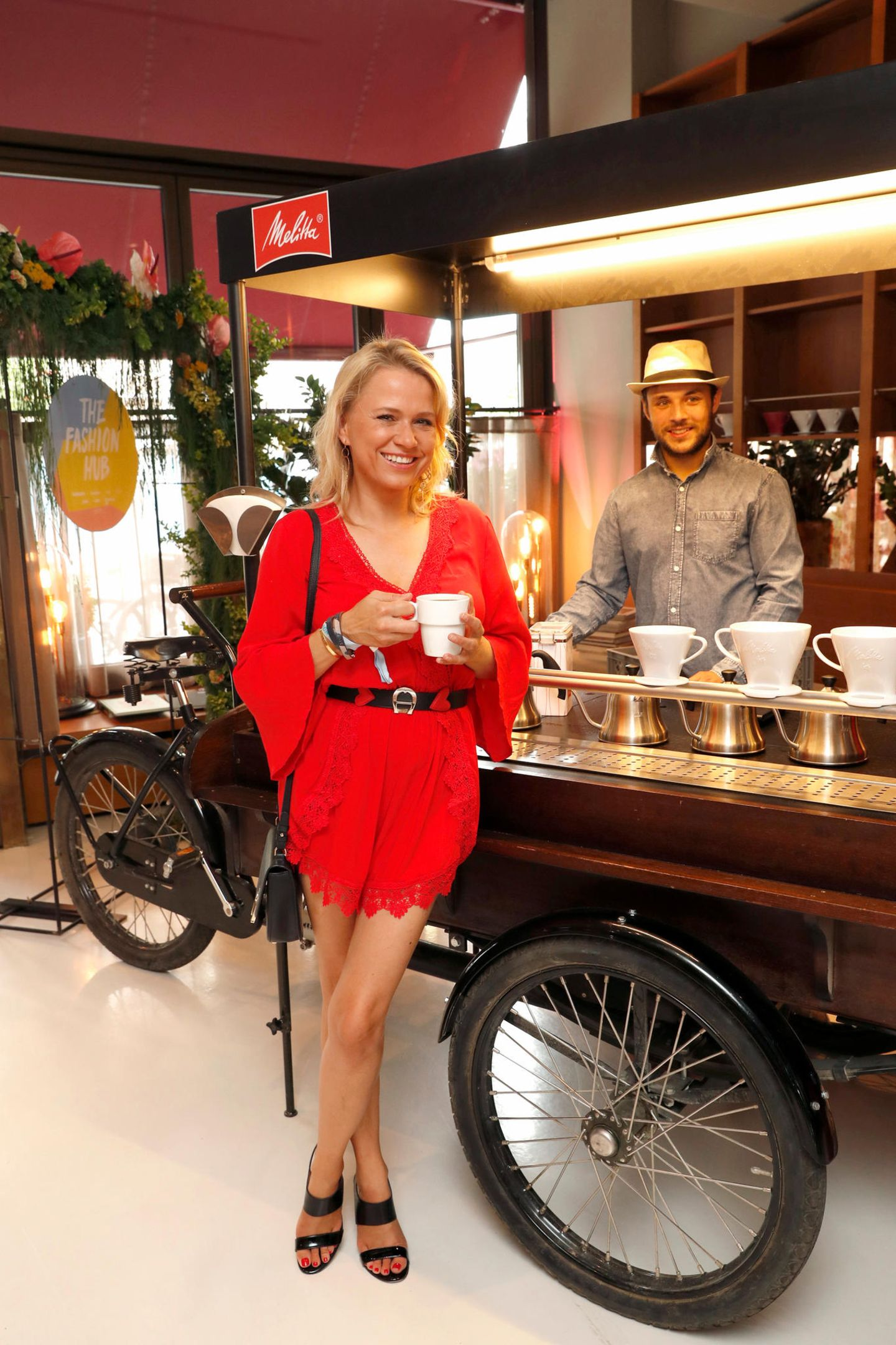 Eine kurze Kaffeepause legt Moderatorin Nova Meierhenrich am Melitta Coffee-Bike.