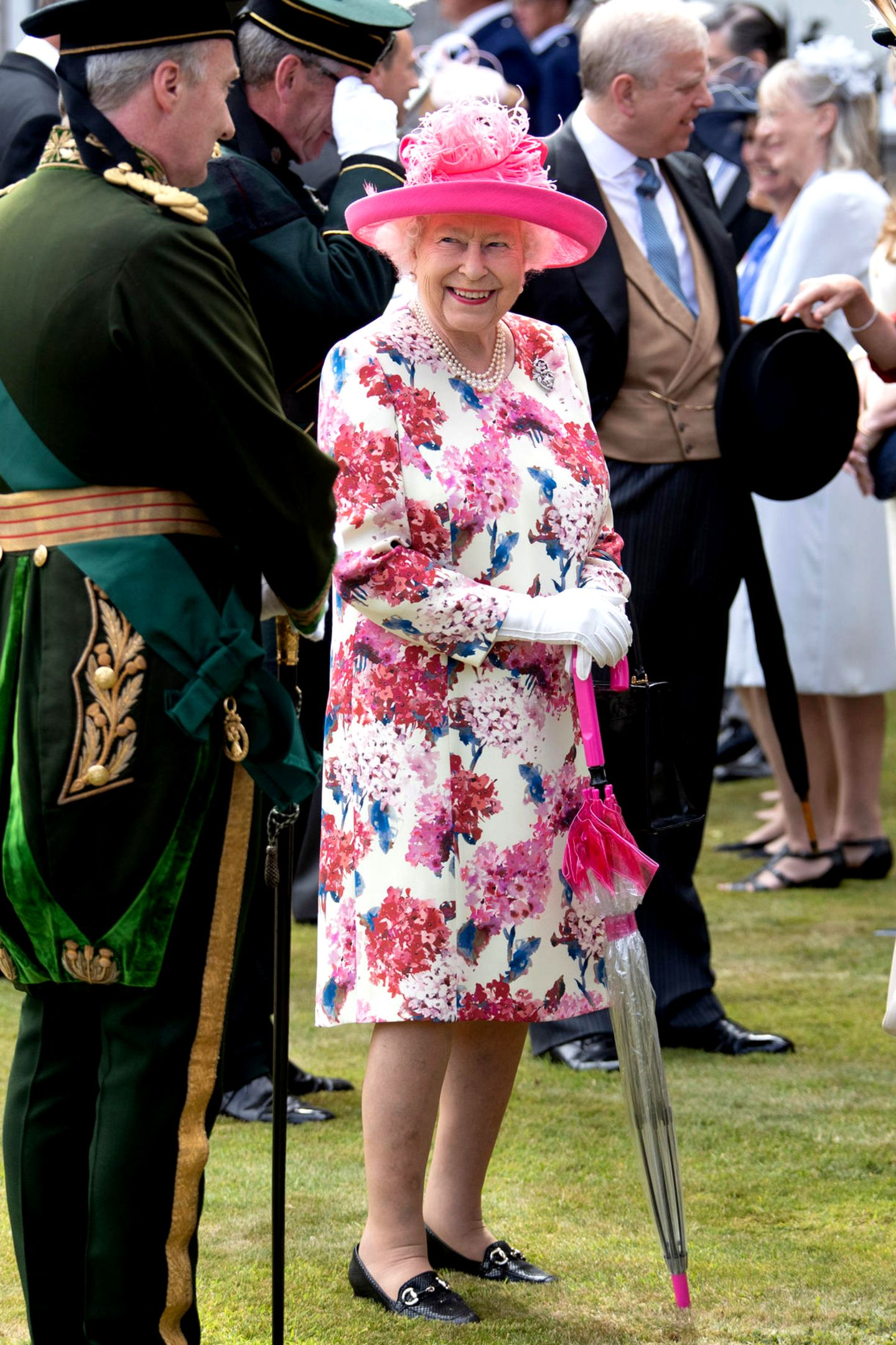 """4. Juli 2018  Passend zur """"Royal Garden Party"""" im Palace of Holyroodhouse in Edinburgh zeigt sich Queen Elizabeth im farbenfrohen, floralen Muster."""