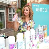 Bettina Cramer erfreut sich am farbenfrohenSortiment der Haarpflegeprodukte von Batiste.