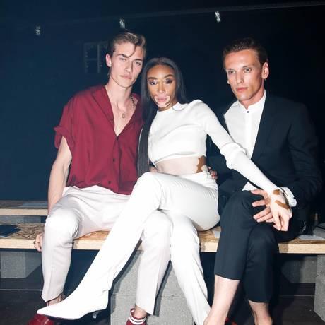 Drei Profis im Posing, selbst in der Front-Row:Lucky Blue Smith, Winnie Harlow und Jamie Campbell Bower bei der Hugo-Boss-Modenschau