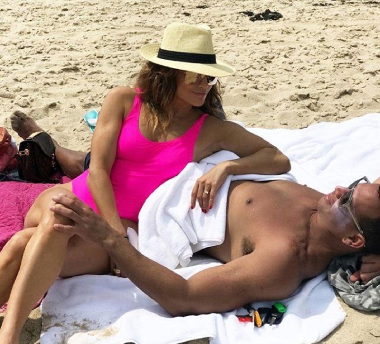"""Ist Jennifer Lopez etwa wieder ....? Dieser Strand-Schnappschuss lässt zumindest vermuten, dass die Sängerin sich verlobt hat. Denn nicht nur der auffällige Ring an ihrem Finger sorgt für Gesprächsstoff. """"Es sind diese ruhigen Momente, die wirklich zählen"""", schreibt sie zu dem Foto. Also gut möglich, dass Lover Alexander Rodriguez auf die Knie gegangen ist."""