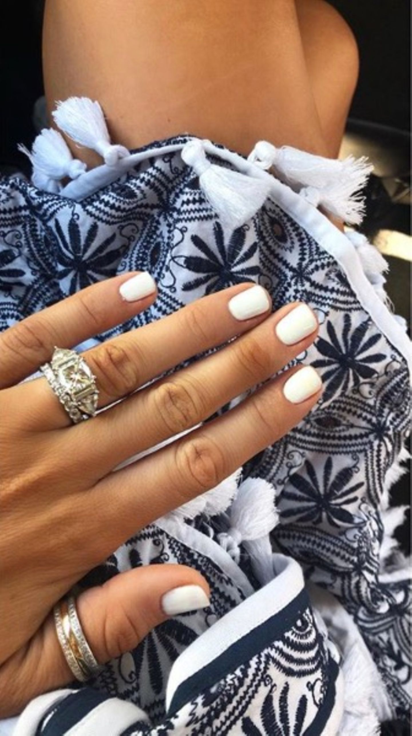 XXL-Klunker am der perfekt manikürten Hand: Das irische Model Vogue Williams zeigt, was sie hat. Der Ring soll über 170.000 Euro gekostet haben und wurde von Spencer Matthews selbst designt.