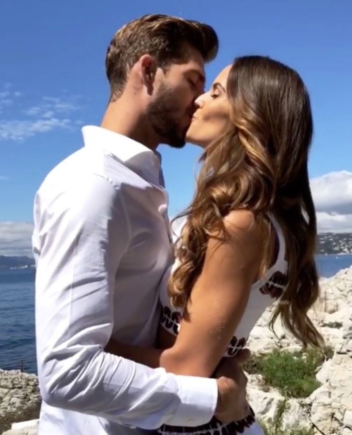 ... und verkündet ihre Verlobung in einem kurzen Clip auf Instagram. Der deutscheProfi-Fußballer Kevin Trapp hat dem Model im Urlaub einen Antrag gemacht.