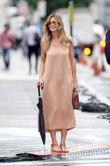 Doch das Regenwetter in New York verdirbt Heidi Klum nicht die gute Laune. Ganz im Gegenteil: Mit einem Lächeln im Gesicht und einem Regenschirm in der Hand flaniert das Topmodel weiter durch die Straßen von Manhatten.